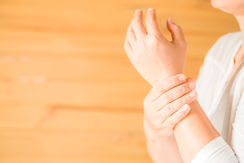mujer con una lesion de muñeca