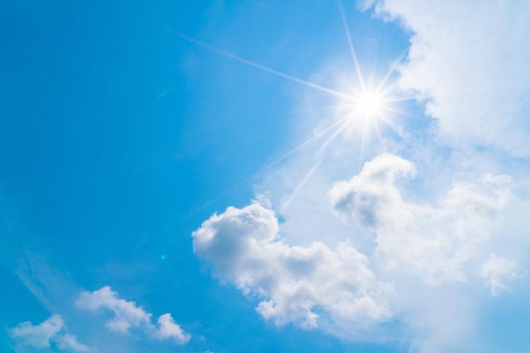 Cielo azul con un sol y nubes