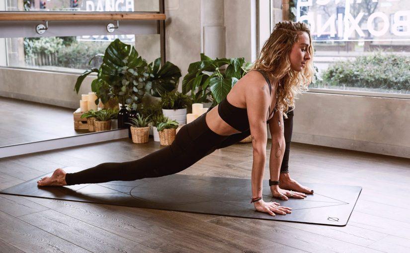 ¿Cómo iniciarte con el saludo al sol en yoga?